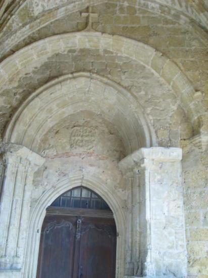 le porche de l\'église Saint Cyr ©