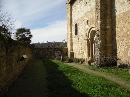 Vue sur la porte du cimetière